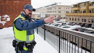 Från takparkeringen på gallerian spanar Conny Thörnell mot parkeringshuset mitt emot – ett vanligt tillhåll för missbrukare.
