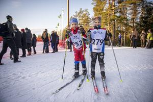 Edvin och Polly Vesterlund från Alnö SK åkte skicrosstävling.