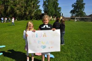 Lärarna på Backa skola är populära och hade sin egen fanclub bland eleverna. Felicia Hjertton och Therese Esselin, gjorde vad de kunde för att hjälpa dem till seger. Foto:Eva Langefalk