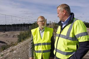Anders Caris, till höger, är affärs- och verksamhetsansvarig vid Kungsörs Grus AB. Här tillsammans med styrelsens vice ordförande Göran Nilsson, som gjort jubileumsskriften om företagets historia.