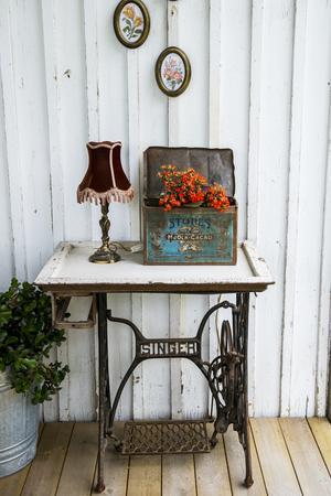 Kristin inreder verandan med loppisfynd och blommor.