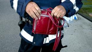 Den misstänkta väskan visade sig vara en ofarlig röd handväska. Foto: Thomas Isaksson