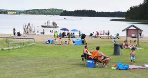 Det var inte toktjockt med badare på Farstanäs havsbad vid lunchtid på fredagen, men stranden fylldes på hela tiden.