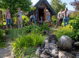 Här bor Ulla och Bo Eriksson i Bjästa. De har en  trädgård som är rik på idéer. Bland annat en stor sten som rullar på vattnet och klädnypan som är 1,5 m. Fina uteplatser. Foto: Christina Fryle