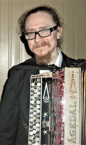Alf Hågedal med sitt ädla åldriga dragspel. Foto: Åke Bengtzon