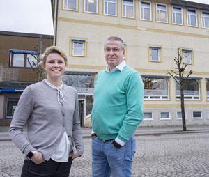 Helena Tell och Gert Söderström utan för Bbl/AT:s redaktion på Glasgatan 5 i Köping.
