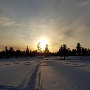 Vår är solens värme och längre dagar bilden är tagen i Sörbygden /Jämtland på en kvällspromenad påsken 2018. Foto: Marie Pettersson