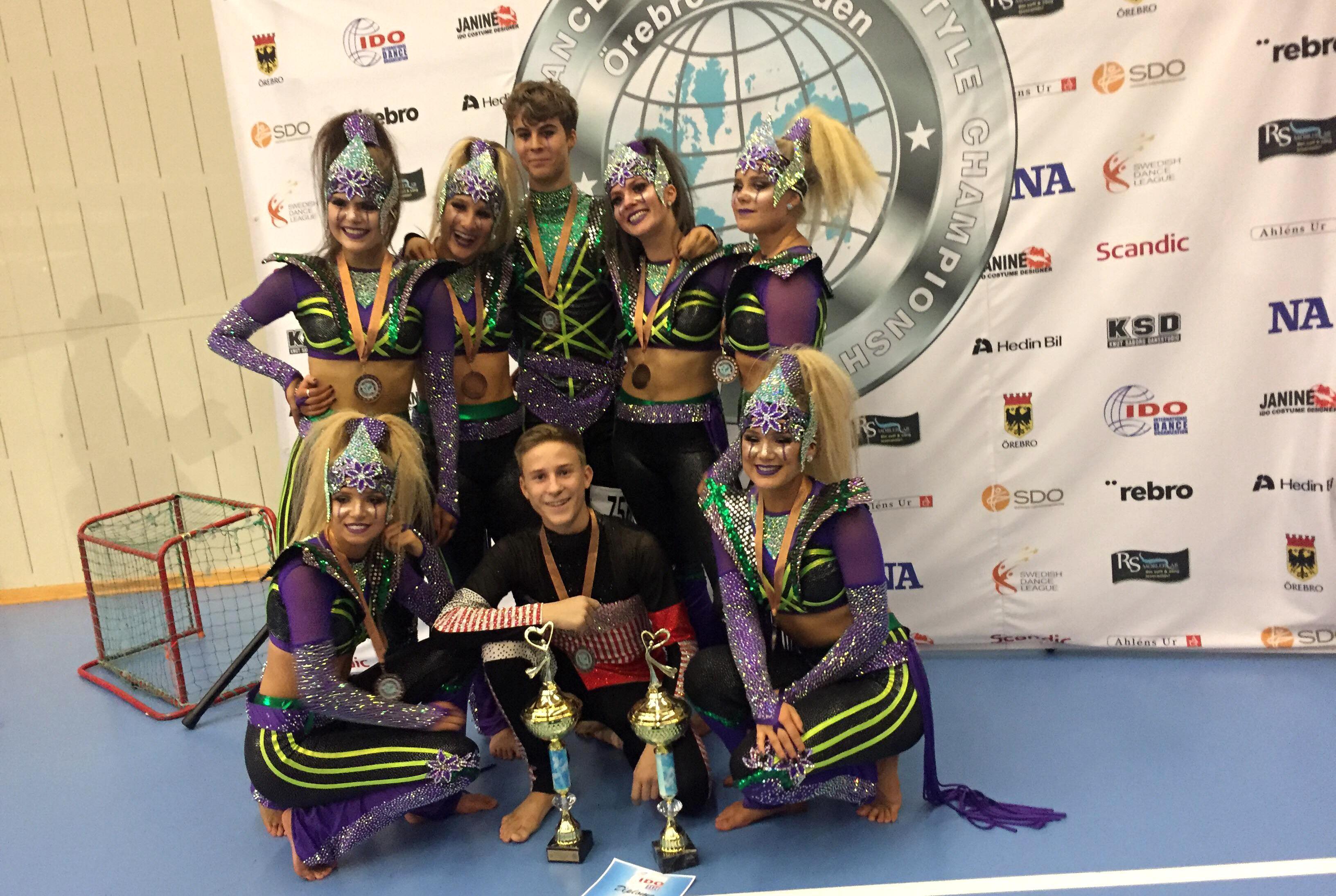 EBF Dance Crew och Douglas Junger firar sina fina pallplatser under WM i Disco i Örebro.