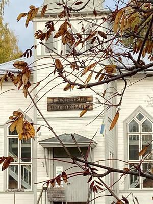 Bygdegården i Långhed i vacker höstskrud.  Foto: Anita Holm