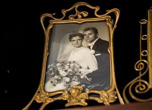 Bröllopsfotot från 1959 i en vacker ram av jugendstil.