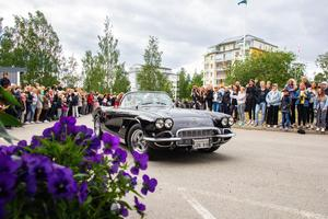 Glänsande svarta bilar, strålande vita limousiner – och till och med ett par segways rullade in på hotellets vändplan.
