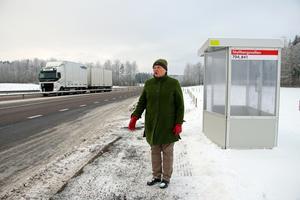 Ulla-Carin Grafström från Landsbygdspartiet oberoende i Askersund, har åkt med buss 704 som har slutat att köra in i Skyllberg. Tidsvinsten med att endast stanna vid Skyllbergsvallen är enligt Grafström endast 2 minuter. LPO och Vänsterpartiet arbetar nu för att få tillbaka busshållplatserna i Skyllberg.