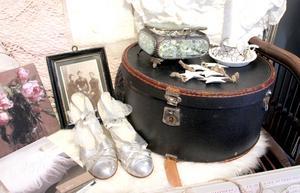 Snygg hattask, bröllopsskor i silver och svartvitt fotografi.