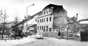 Året är 1974 och nu revs det vid torget för att göra plats för nytt hotell och teater. bakom kranen ses Grand Hotell, som snart blev nästa rivningsoffer.