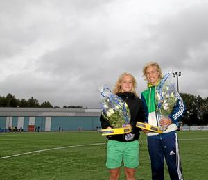 Josefine Johansson togs ihop med Lina Hurtig ut till F15-landslagets samling på Bosön, och i samband med det tilldelades de en varsin blombukett och en pralinask, i halvtid mellan Avesta AIK och Östansbo. Foto: Niklas Hagman.