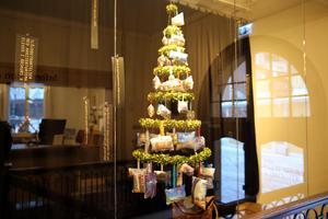 Julgran med huskuddar i Orsa kulturhus. Till kuddarna finns också texter.