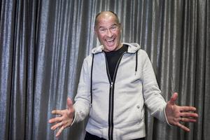 Lasse Holm, med fem melodifestivaler och 70 svensktoppslåtar i bagaget, leder årets nationaldagsfirande i Sundsvall.