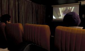 Några tjejer kom in till Leif Halvarsson och bad om att få gå och hyra en film. Det var inga problem och en stund senare var det filmvisning i den nya biosalongen.