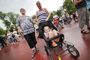 Margita, Maria och Alma är tre generationer Petterson som i går besökte Furuviksparken för att se Markoolio.