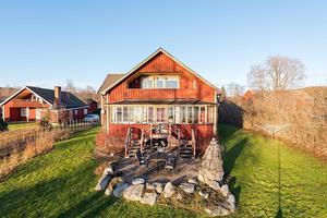 Det här huset ligger på en sjötomt i Övertänger. Foto: SkandiaMäklarna Falun