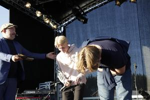 Pär Johansson tackar artisterna.