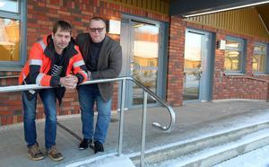Byggprojektledare Thony Eriksson och fastighetschef utanför Köpmangatan 25B och 25C – det vill säga nya vårdcentralen och nya bvc/mvc.