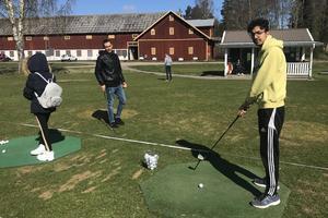 Måndagar och torsdagar vimlar det av golfintresserade av Snöå Golfklubb.