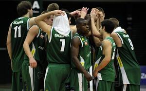 2008: Södertälje Kings och Thomas Massamba firar segern mot Plannja i Täljehallen. Foto: TT