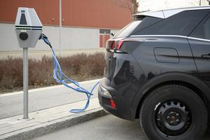 En elbil som laddas vid en laddstation får illustrera vägen till en grön omställning. En omställning där metallutvinning är en förutsättning.