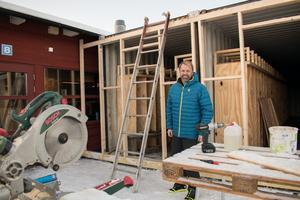 Andreas Larsson framför det som ska bli skiduthyrningens nya flygel. Här ska de som har valt att förboka skidor kunna hämta ut dem själva, och också förvara dem över natten.