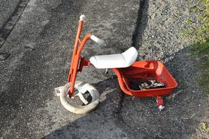 De trehjulingar som grannskapet har ställt ut intill vägkanten har blivit kvaddade.