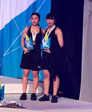 Nadine och Nadja Kongnanta tog brons i vuxenklassen i hiphop duo.