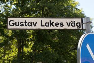 En hel del av Skövdes gator är döpta efter personer som levt och verkat i Skövde samt lämnat avtryck på olika sätt. Gustav Lake arbetade under 1900-talet för Vätternvattnets framdragande samt genomförde byggnationen av kulturhuset. Socialdemokraterna vill att det ska finnas lika många gatunamn döpta efter kvinnor som män.