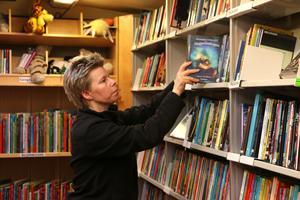 Bokbussen är ett rullande bibliotek som besöker både skolor och platser ute i bygden.