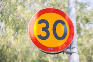 Insändarskribenten vill se fler hastighetsskyltar.