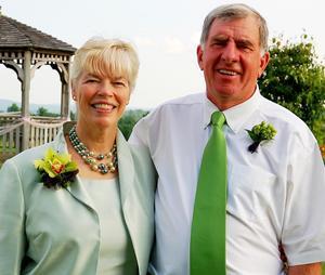 Deborah och Brett Barton besöker Smedjebacken den 6 juli i sommar och vill finna sin svenska släkt. Foto: Privat.
