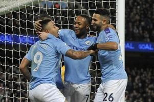 Manchester City är det bara att spika på söndag! De ser lätt till så att skräll-laget Sheffield United åker på säsongens första bortaförlust. Här är det Man City-trion Gabriel Jesus, Raheem Sterling och Riyad Mahrez som firar vid det sista målet vid 3–1-segern hemma mot Leicester den 21 december. Foto: Rui Vieira/AP/TT