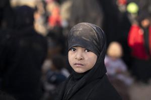 En flicka väntar på att visiteras i det kurdiska fånglägret i östra Syrien. Foto: AP Photo/Felipe Dana.