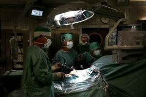 På bilden syns hur ett läkarteam utför en njurtransplantation – som i regel tar några timmar. Det är inte Helenes och Ulrikas operation på bilden. Foto: JACK MIKRUT.