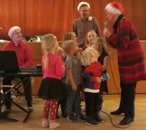 Några barn kom fram och sjöng Nu tändas tusen juleljus.