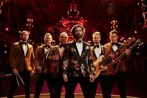 Bandets huvudperson Isaac Kuritzén var nyligen med i Tv-programmet Så ska det låta där han sjön Carolas hit