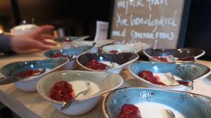 Här är en läckerhet som det bjöds på. Yoghurt gjord på mjölk från Åre bondgård med sylt gjord på höstens blåbär.Foto: Fabienne Theiler