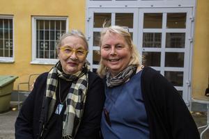 Scenografen Marianne Carlberg (t.v) tillsammans med Eva Janstad, som är med och producerar föreställningen.