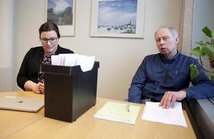 Bygglovshandläggare Lina Ström och miljöchefen Göran Eriksson hoppas att den snart sexåriga historien med den ovårdade tomten i år kan stoppas in i arkivet.
