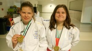 Jenny Öster Hall och Nathalie Frisk med varsin guldmedalj. Foto: Privat