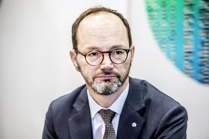 Infrastrukturminister Tomas Eneroth (S) borde tänka om – satsa på rätt typ av utbildning och lagstiftning istället för förarbevis som inte för någon skillnad.