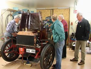 Samling runt pärlan. Bob Lockley, Bosse Söderberg, Dag Sollander och Lars Mjörning syns samlade runt Vabisen i garaget.