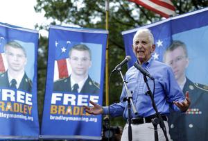 1970-talets visselblåsare Daniel Ellsberg, som avslöjade Pentagonpapperen, håller tal till stöd för en samtida visselblåsare, Bradley Manning.