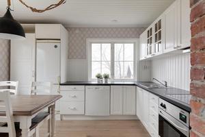Köket med plats för matbord och stolar är ljust med generösa arbetsytor.Foto: Svensk fastighetsförmedling.