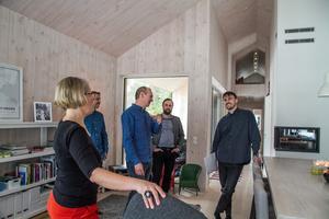 Lena och Per Callermo uppvaktas med Nordanstigs arkitektur och byggnadsvårdspris av byggnadsnämndens ordförande Daniel Gunsth, kommunalrådet Ola Wigg (S) och Douglas Helsing, plan- och byggarkitekt.